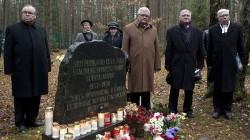 Levašovo (soomepäraselt Levassova) salajasele matmispaigale, mis asub Peterburi linna administratiivpiirides, on maetud ligikaudu 45000 Suure terrori ohvri laibad. Siia maeti ka Leningradis elanud eestlased. Rühm eestlasi Levašovos Suure terrori ajal hukatud eestlaste mälestuskivi juures. Fotod: erakogu