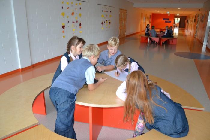 Peetri lasteaia-põhikooli õpilased saavad koos mõtelda, luua ja tegutseda ka väljaspool klassiruumi. Saavad oma ideid ellu viia. Esineda oma loominguga kogu kooliperele vahetundides. Fotod: Peetri lasteaed-põhikool