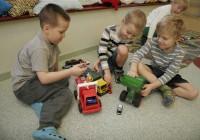 Lastele võrdsete võimaluste loomine tähendab, et õppeasutuses välditakse soostereotüüpe. Näiteks võiks jälgida, et kõik lapsed saaksid mängida kõigi mänguvahenditega ja osaleda kõigis mängudes. Autodega sobib mängida nii poistel kui ka tüdrukutel. FOTO: RAIVO JUURAK