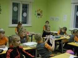 Esimese klassi õpilased on suure õhinaga õppimise juures.