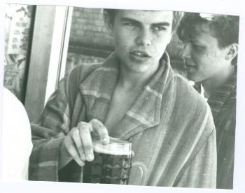 Keskkooli ajal tekkisid ka muud huvid:sai tõmmatud selga isa vana hommikumantel jakäidud koos sõpradega möödaMustamäednalja tegemas ning kalja joomas.