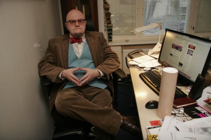 """Kirjanike liidu esimees Karl Martin Sinijärv hoiab oma kabinetis alati """"Kääbikut"""", ainsat kirjandusteost, mis tal silma märjaks võttis. Teose imetabased tarkused kehtivad tänini. Foto: Raivo Juurak"""
