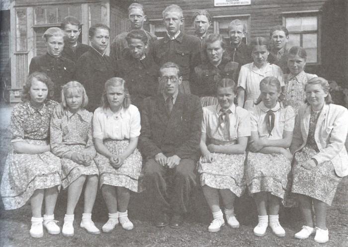 Voldemar Kuslapil, kes enda sõnul ei osanud kooliajal laulja elukutsest unistadagi, täitus eelmisel aastal Estonia teatris 50 aastat. Fotol on Uderna kooli seitsmes klass 1952. aastal. Tulevane tuntud laulja on keskmises reas vasakult esimene.
