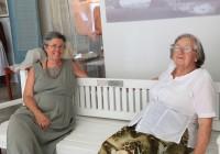 Nancy (vasakul) koos Haapsalu sallimemme Silvi Saarloga tegemas esimest istumisproovi Nancy-nimelisel pingil. Tänaseks on see Promenaadile viidud. Fotod: Arvo Tarmula