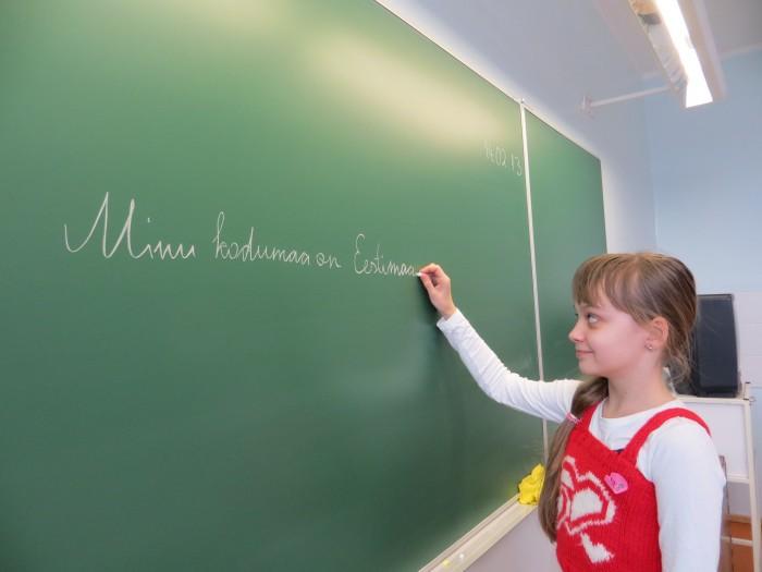 Eesti riigi sünnipäev on 24. veebruaril,      teab Tartu vene lütseumi 4. klassi õpilane Annika, aga esimese hooga ei tule tal meelde, kui vanaks saab Eesti.Foto: Sirje Pärismaa