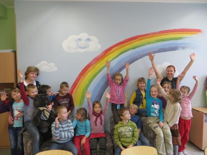 1. klassi lapsed joonistasid oma klassi seinale vikerkaare. Tundides on nende kaasteelised mahuka kogemuspagasiga õpetaja Svetlana Pahk ja noor õpetaja Kadri Küttis. Fotod: Sirje Pärismaa