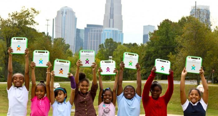Kokku oli OLPC sihtasutus 2012. aasta lõpuks tarninud 2,4 miljonit sülearvutit 41 riiki. Roheline aparaat on vastupidava korpusega ning selle akut saab elektrivarustuseta koolides või kodudes laadida ka vända või päikesepatarei abil. Fotod: one.laptop.org