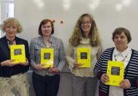 Leelo Tiisvelt, Anita Kärner, Maria Jürimäe, Tiiiu Kuurme tutvustavad kujundava hindamise artiklite kogumikku, mis ilmus tänavu maikuus. Foto Ann Juurak
