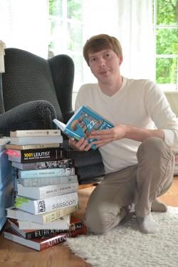 Madis Somelar oma raamatuvirnaga.