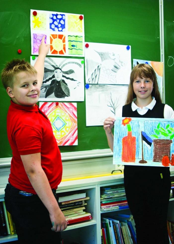 Rocca al Mare kooli 4.c klassi õpilased Jan Markus Bachmann ja Maria Kristina Meriniit poolaasta lõpus oma töid hindamas.