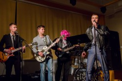 Suur teatriõhtu. Gümnaasiumi teatriõhtut juhtis gümnasistide rokkbänd, kus basskitarristina mängis roosas parukas kaasa õppealajuhataja Maidu Varik.