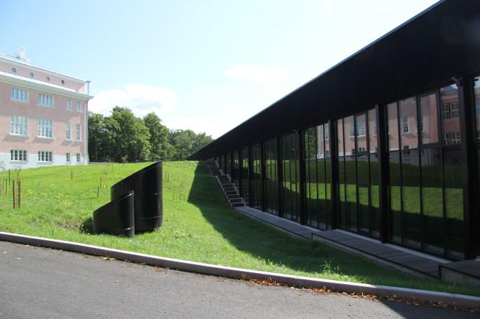 Viljandi gümnaasiumi vana ja uus hoone – vana peegeldub uues.