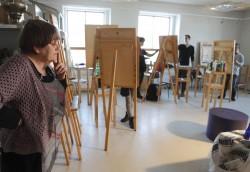 Helle Vahersalu teise kursuse maalitunnis. Foto: Malev Toom