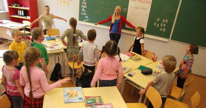 Kunstigümnaasiumi esimene klass, kus vene lapsed õpivad Anu Neutali käe all kõiki õppeaineid esimesest koolipäevast alates ainult eesti keeles. Fotod: Raivo Juurak
