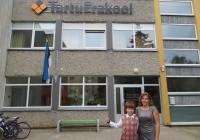 Tartu erakooli 5. klassi poiss Erik Hõim   on rõõmus, et saab nüüd Eestis koolis käia ja tal on palju rohkem vabadust kui Ameerikas. Ka Terje Hõim on rahul,   et lapsed saavad kodumaal õppida. Foto: Sirje Pärismaa