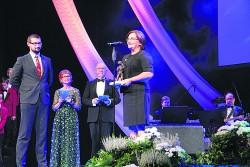 Auhinnagalal andis Sirje Pormeistrile Joosepi kuju üle endine õpilane Indrek Pajur. Foto: Raivo Juurak