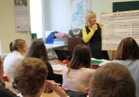 Toila gümnaasiumi inglise keele õpetaja Anu Pungas kordab 8. klassis inglise keele ajavorme. Foto: Maire Aul