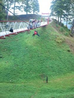 Viljandi lossimäed. Esimesed julged tulevad tudengite juhendamisel rippsillalt köit mööda alla. Elamuspedagoogika!