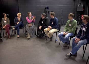 Fotol käib arutelu lastele ja noortele mängivate väiketeatrite ellujäämisvõimalustest.