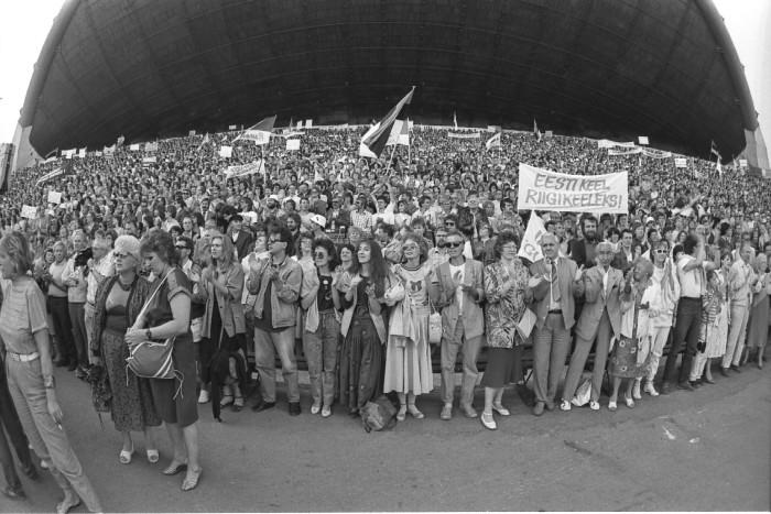 """Rahvarinde miiting Tallinna lauluväljakul 17. juunil 1988. """"Tundsin, et see, millest pean rääkima, on siinsamas õhus ja kümnete tuhandete inimeste silmades ning mul tuleb see vaid sõnadesse panna,"""" meenutab Mare Rossmann laulva revolutsiooni üht tipphetke. Fotod: Verner Puhm / Eesti Filmiarhiiv"""