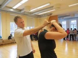 Airiin Demir ja Martin Kallavus näitavad, mida teha patsist haaramise puhul, kus on suur kaelavigastuse tekkimise oht. Mõistlik on oma pead kaitsta, proovida ennast haardest vabastada ning võtta ise oma juustest kinni.