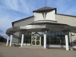 Waldorfgümnaasiumi fassaadil on veel eelmise omaniku, Eesti maaülikooli nimi, kes kasutab maja ühte tiiba aasta lõpuni. Foto: Sirje Pärismaa