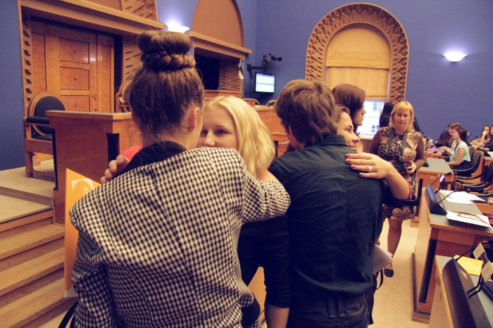Uus poliitiline kultuur – riigikogu saali jõudes kõigepealt kallistati. Foto: Raivo Juurak