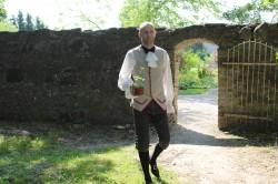 """Hiiumaa ametikooli direktor Ülo Kikas kannab kostüümi igasuvise """"Unustatud mõisate"""" külastusmängu puhul, mil traditsiooniliselt on avatud lossikohvik ja toimuvad ekskursioonid. Sel aastal jääb külastusmäng restaureerimistööde tõttu siiski ära."""