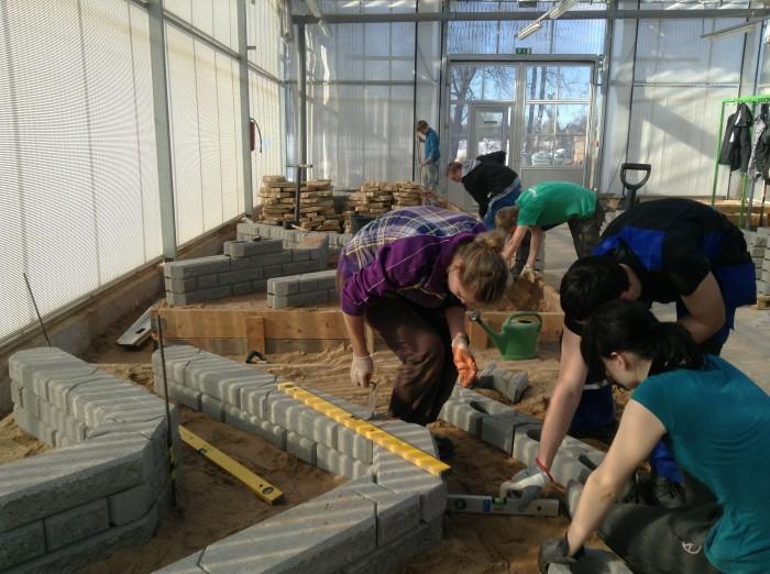 Räpina õppekasvuhoones on üks suur hall maastikuehituse eriala käsutuses ja seal harjutatakse tugimüüride tegemist, tänavate-platside sillutamist, purskkaevude rajamist. Fotol rassivad teise kursuse noored maastikuehitajad.