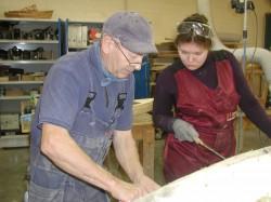 Kutseõpetaja Kaido Trei õpetab puit- ja plastpaadi ehitust. Tänavu lõpetaval kursusel on ka üks tüdruk, Orissaarest pärit Carolin Mölder.