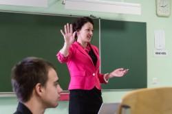 Programmijuht Karin Kuldmets koolinoortele digimaailma võimalusi tutvustamas. Fotod: Toomas Huik