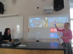 Innovatsioonikoolide koordinaator Hedi-Liis Toome ja praktikakoordinaator Piret Viirpalu näitavad uhkusega haridusuuenduskeskuse lihtsalvestussüsteemi, mis võimaldab korraga salvestada õpetajat ja klassiruumi ning filmitu kohe üle vaadata. See on tõhus abimees tulevase õpetaja eneseanalüüsiks. Foto Sirje Pärismaa