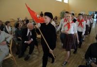 """""""Kõlava lauluga sammub me rühm"""" – värvikas stseen Aseri kooli ajalugu kajastavast pikemast näidendist, mis kanti ette kooli 110. aastapäeva aktusel. Foto: Raivo Juurak"""