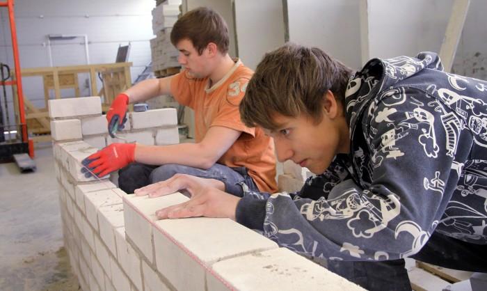 Tagasiside põhjal hindavad Pärnumaa kutsehariduskeskuse õpilased oma kooli õpetajate professionaalsust väga kõrgelt. Foto: Ants Liigus
