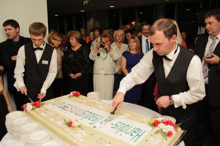 """5. oktoobril toimus Tartus Vanemuise kontserdisaalis aasta õpetaja gala """"Eestimaa õpib ja tänab"""". Pärast pidulikku osa, mis kanti üle ka televisioonis, ootasid osalejaid fuajees Rootsi laud ja hiigelsuur tort."""