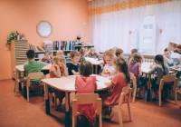 Keilas leidsid lasteaia- ja kooliõpetajad üksmeelselt, et lasteaias saavad lapsed kooliks hea ettevalmistuse ning eelkooli järele vajadust pole.  Keila Vikerkaare lasteaiast läheb sügisel kooli üle 80 lapse.  Foto: Keila Vikerkaare lasteaed