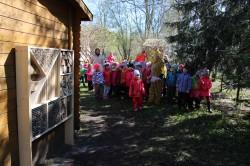 Tallinna Lehola lasteaias on õues õppimine alati olnud tähtsal kohal, praegu pakub mudilastele avastamisrõõmu äsja avatud putukahotell. Fotod: Tiina Vapper ja Tallinna Lehola lasteaed