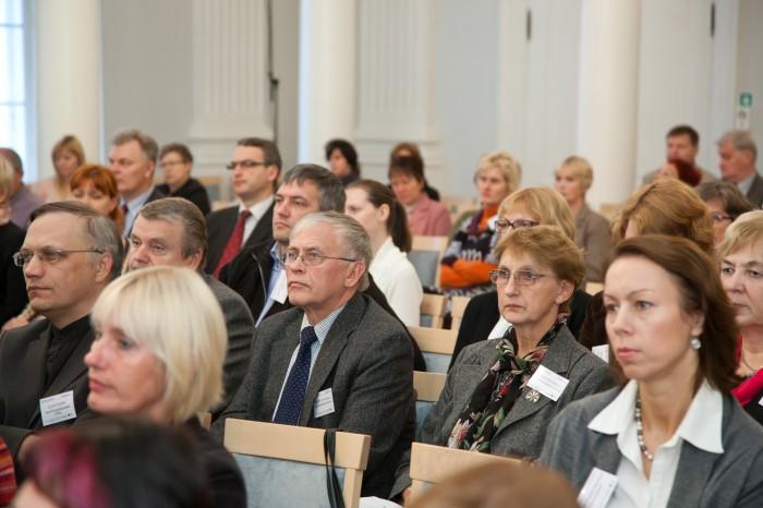 Ekspertkomisjon soovitas muuta haridusteadused Eestis nähtavamaks ja praktikute poolt rakendatavaks. Regulaarne teaduskonverentside korraldamine on üks tee eri ülikoolide teadlaste, kooliinimeste jt ühisseisukohtade kujundamiseks. Pildil TÜ korraldatud haridusteemaline teaduskonverents EHE2011 (Ettepanekud Hariduse Edendamiseks). Foto: Mario Mäeots