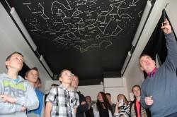 Lagedi kooli 6.–8. klass külastamas Mektory kosmosekeskust.