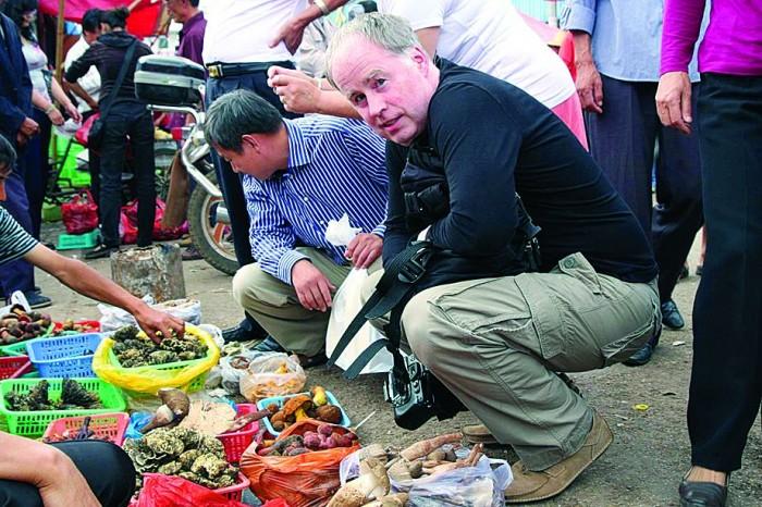 Akadeemik Urmas Kõljalg, TÜ mükoloogia professor ja loodusmuuseumi direktor Yunnani turul seeni uurimas/ostmas (ekspeditsioon Hiinasse, 2010).