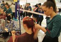 """Kutsekoolis on võimalik kuulsaks saada küll – näiteks kutsevõistlustel hästi esinedes. Fotol hetk juuksurite võistluselt messil """"Noor meister 2014"""". Foto: Raivo Juurak"""