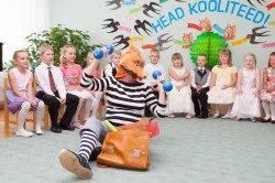 """Kärdla lasteaias esinesid  """"Karu-aabitsast"""" tuttavad tegelased. Pidu mindi pidama Palade külla Soera talumuuseumi, kus sai ka kiikuda ja mängida. Fotod: Kärdla lasteaed"""