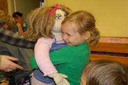 Persona Dollsi nukud on kolme-nelja-aastase lapse mõõtu. Kallistades kasvab empaatia, ka endast erineva vastu. Fotod: Suitsupääsupesa lasteaed