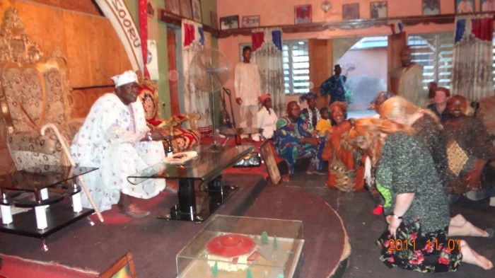 """""""Kõige raskem oli sügavalt ja alandlikult kummardada külavanemale,"""" kirjutab Jaana Vasama, kes juhib heategevusorganisatsiooni, mis ehitas Nigeeriasse kooli. Nagu fotolt näha, sai ta sellega siiski hakkama. Foto: Erakogu"""