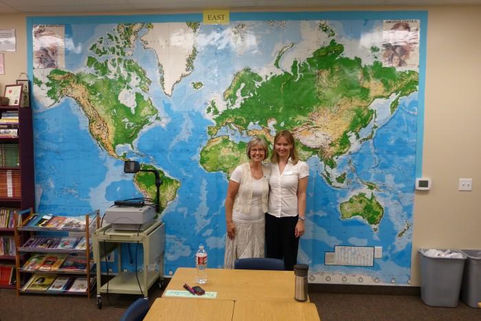 Loo autor (paremal) koos Xavieri tšarterkooli ühe asutaja Becky Bairdiga, kellega tal oli au terve aasta külg külje kõrval töötada, õpetades sama 5. klassi.