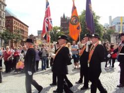 12. juuli, Orange festival: rongkäik Belfasti raekoja juures. Oranžid tunnusmärgid osalejate õlgadel näitavad nende kandjate kuulumist ühingusse Orange Order. Fotod: erakogu