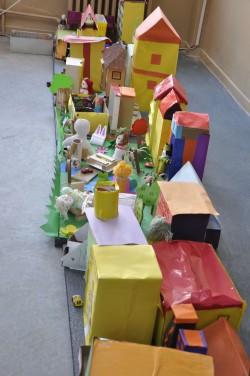 """Karamürzeli kooli õpilaste Storyline'i projekti kaudu said sada selle kooli last """"kodustada"""" ise oma linna ehk teha linna maketti. Kogu Türgi väikelinna maailm kõigi oma  hoonete ja elanikega mahtus ära klassitoa põrandale."""