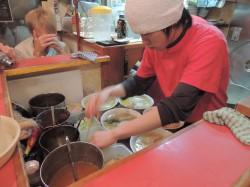 Jaapanis on kõik väike, ka köök, kus kokk valmistas süüa meie silme all 1 x 3 meetri suurusel alal. Hügieen neil igal pool aga nii oluline pole kui meil. Jaapani ramen on nii rammus, et kogu puljongit ei söödagi ära. Eestlastele õpetati, et nuudlid ja vetikas õngitsetakse pulkadega välja ja rüübatakse peale vaid veidi leent.