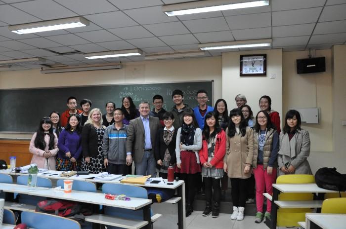 Inga J. Isabel Adamson (esireas vasakult kolmas) oma tänavuste tudengitega eelmisel laupäeval. Pildil on lisaks Eesti suursaadik Pekingis Toomas Lukk (esireas keskel) ja saatkonna töötaja Aire Kork (tagareas paremalt teine). Foto: erakogu