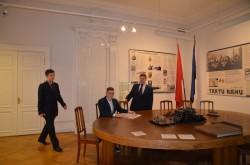 Stseen Tartu rahu toas. Seisab dr Püüman (Joosep Toots), istub Jaan Poska (Cedon Puusepp), ruumi astub Jaan Soots (Tauno Peepson).